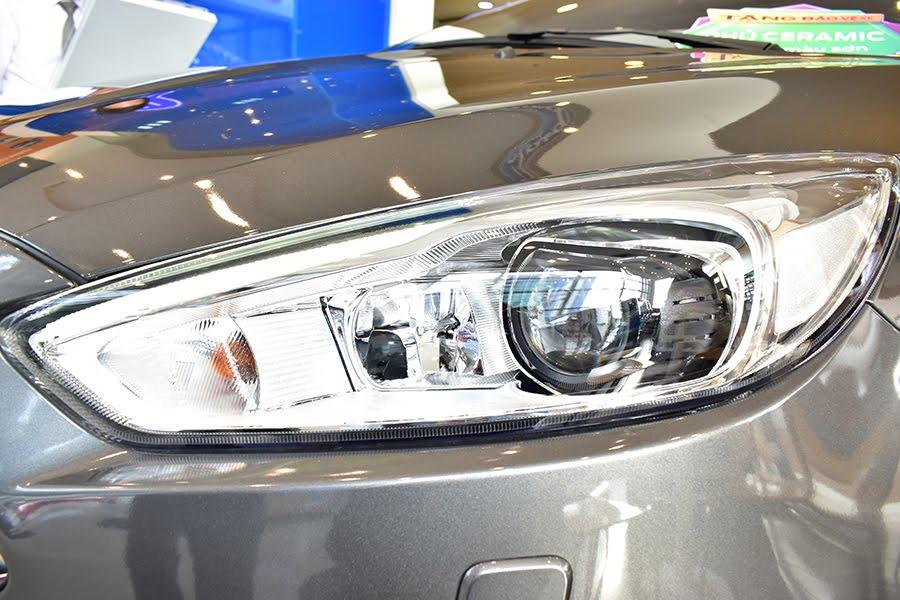Đèn pha giúp quan sát rõ hơn khi di chuyển điều kiện thiếu ánh sáng